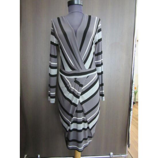 Envy csavart elejű szürke-fekete csíkos ruha